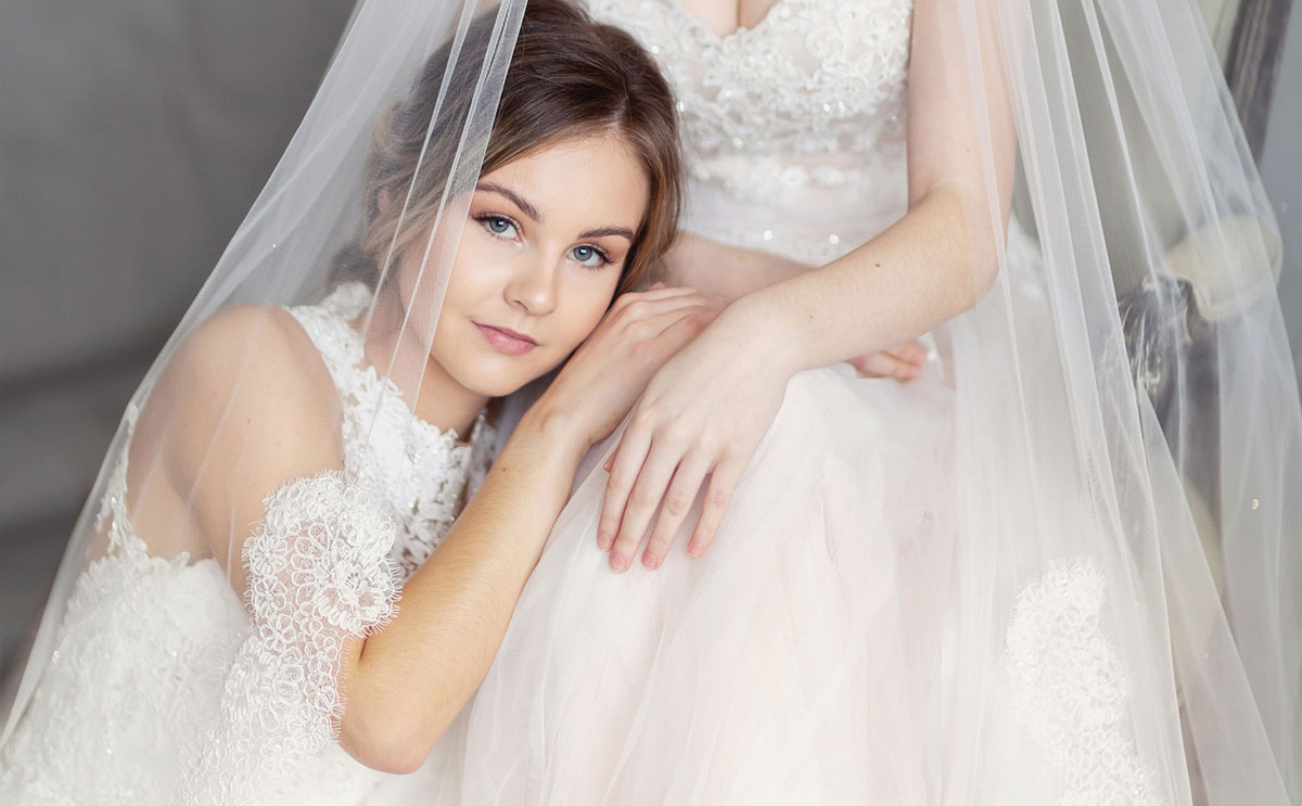 Veil-sporting brides