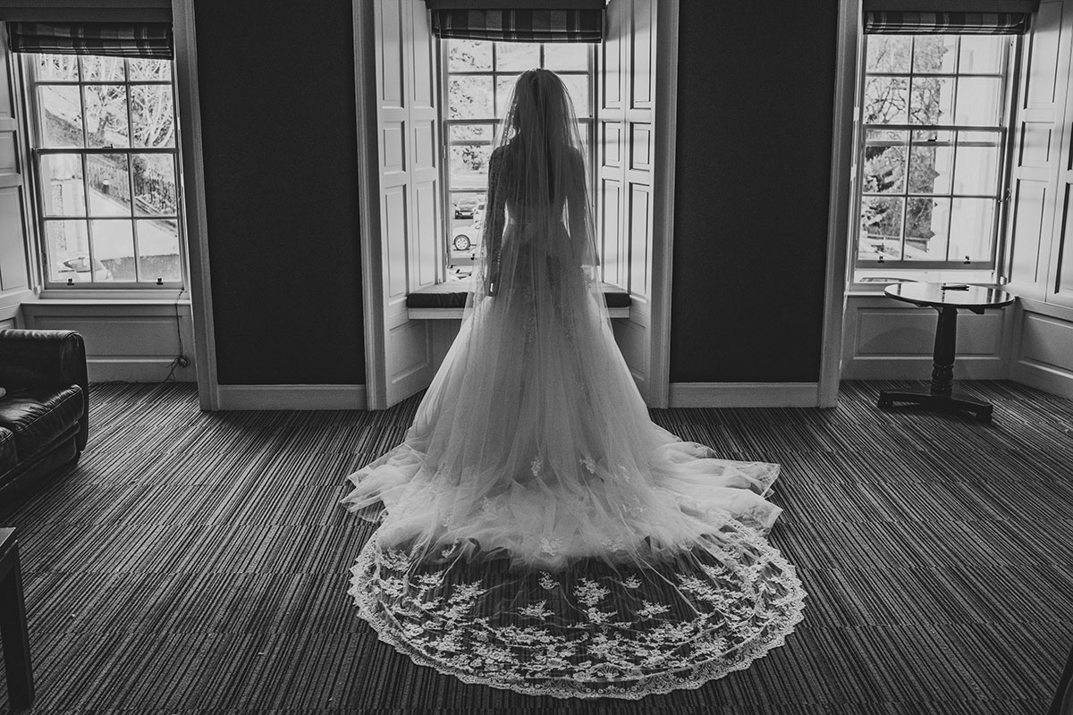 bride-with-long-lace-veil