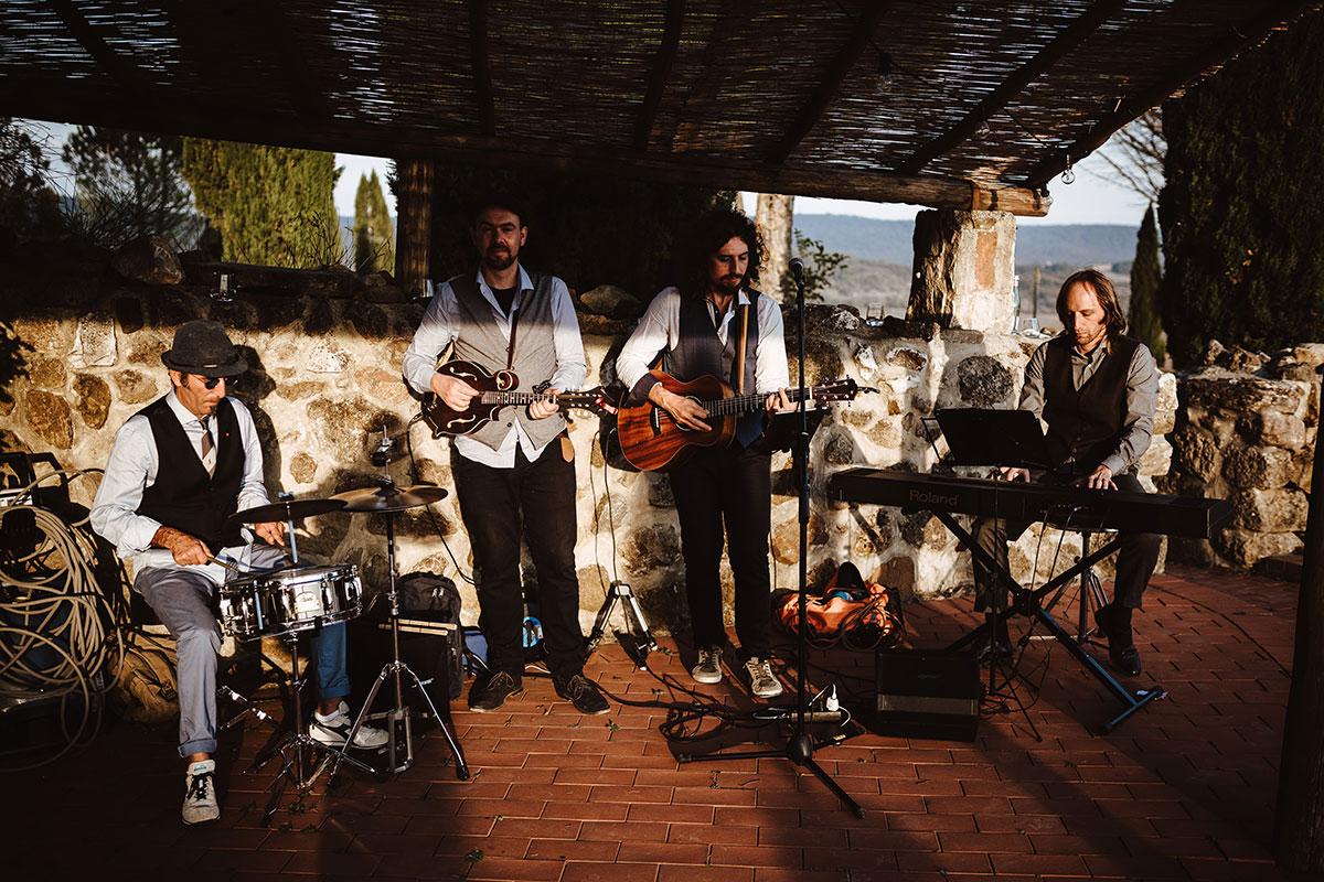 wedding-band-in-courtyard