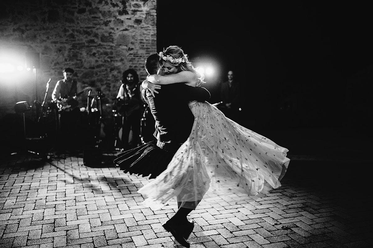 first-dance-in-the-courtyard-of-Tenuta-di-Papena