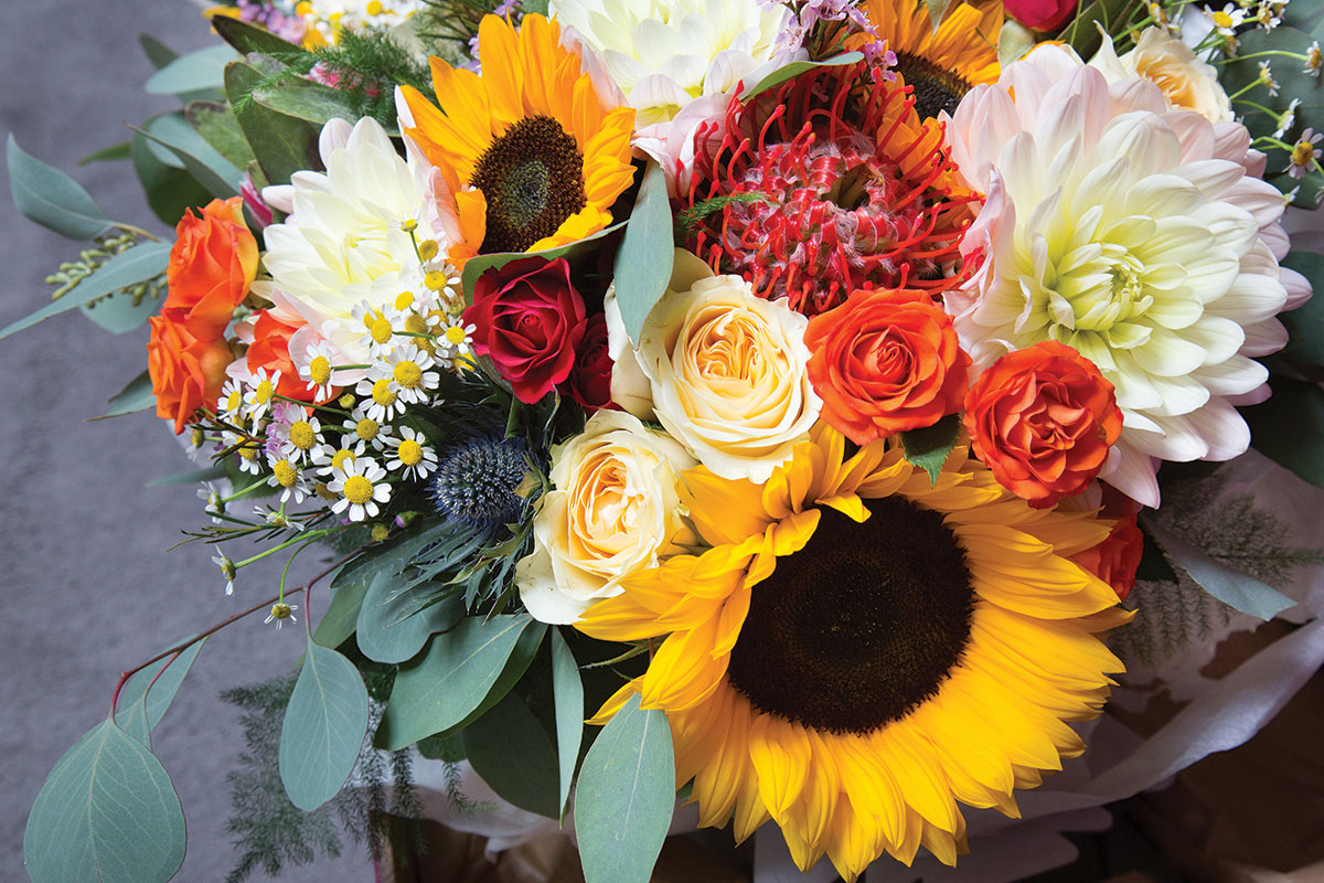 autumnal-bridal-bouquet-with-sunflowers