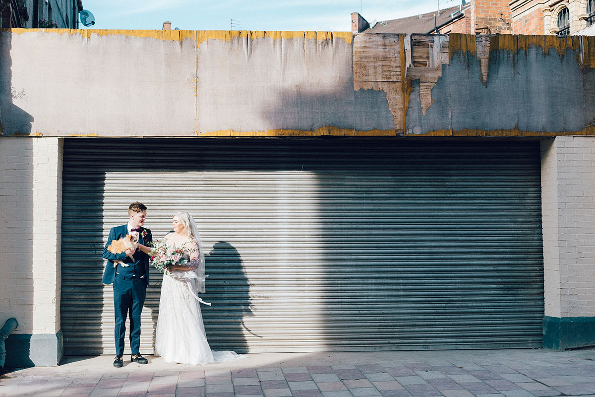 bride-and-groom-in-barras-wit-dog