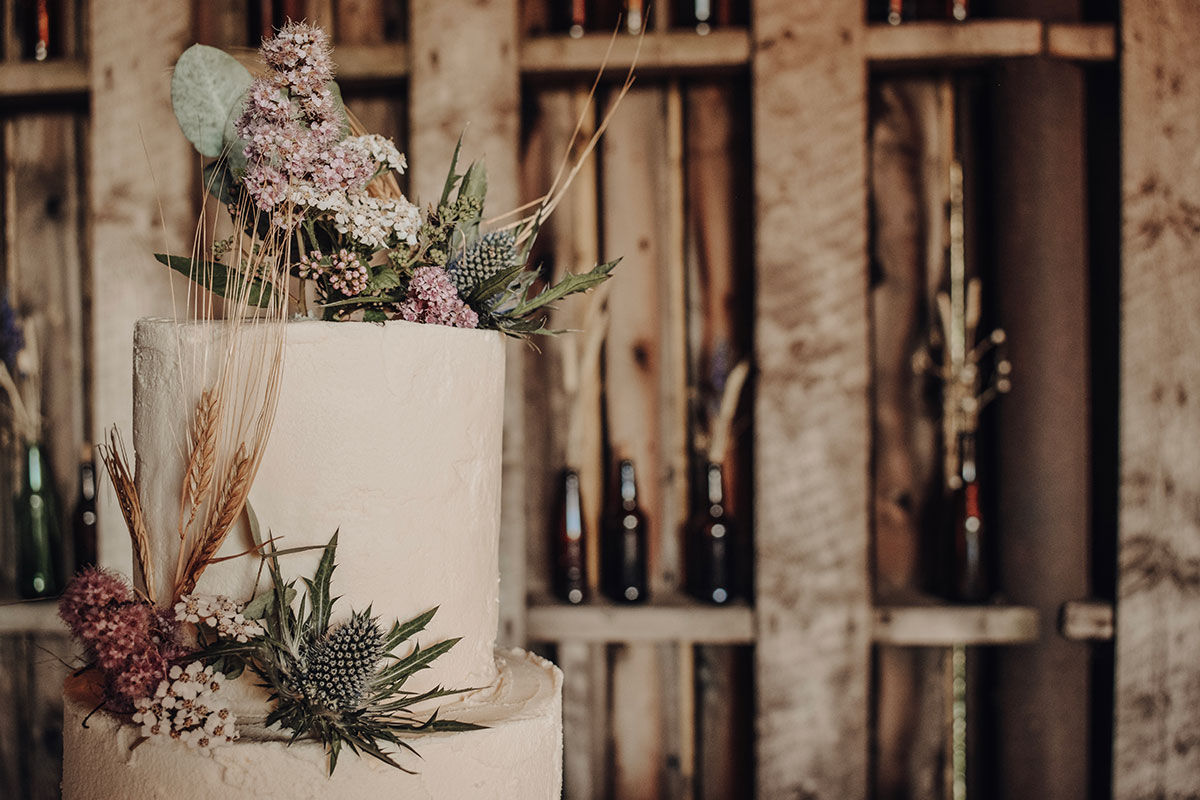 rustic-wedding-decorated-with-dried-flowers