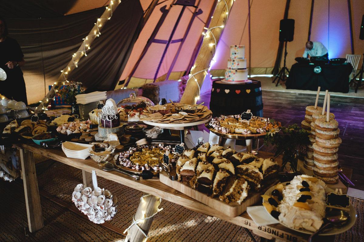 wedding-dessert-table-set-up
