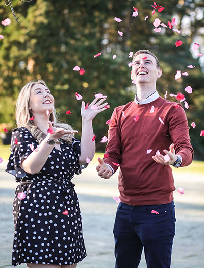 couple-throwing-confetti