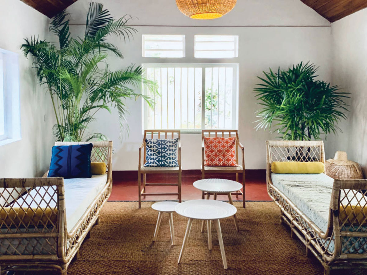 hotel-living-room-with-wicker-furniture