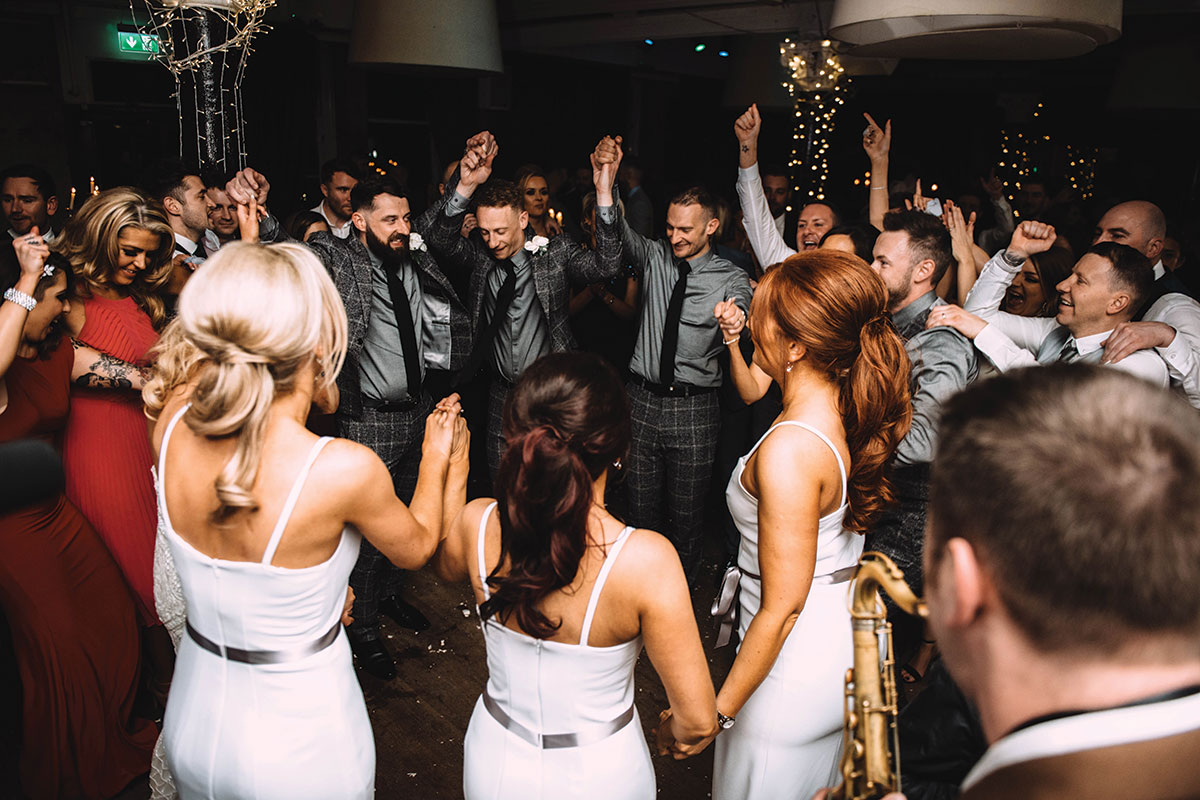 wedding-guests-on-dancefloor