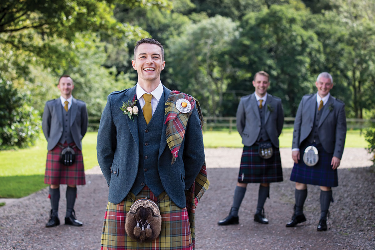 groom-and-groomsmen-in-kilt-out-fits