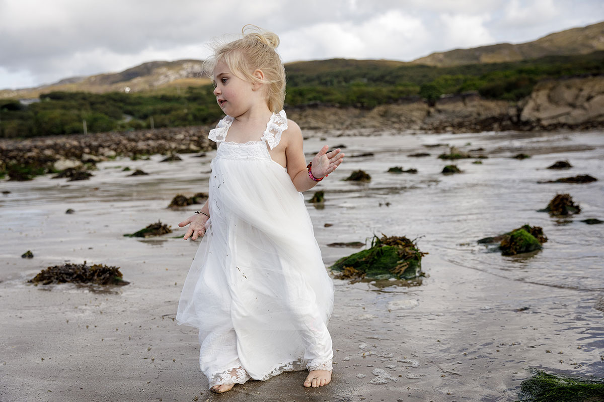 flowergirl-playing-on-the-beach