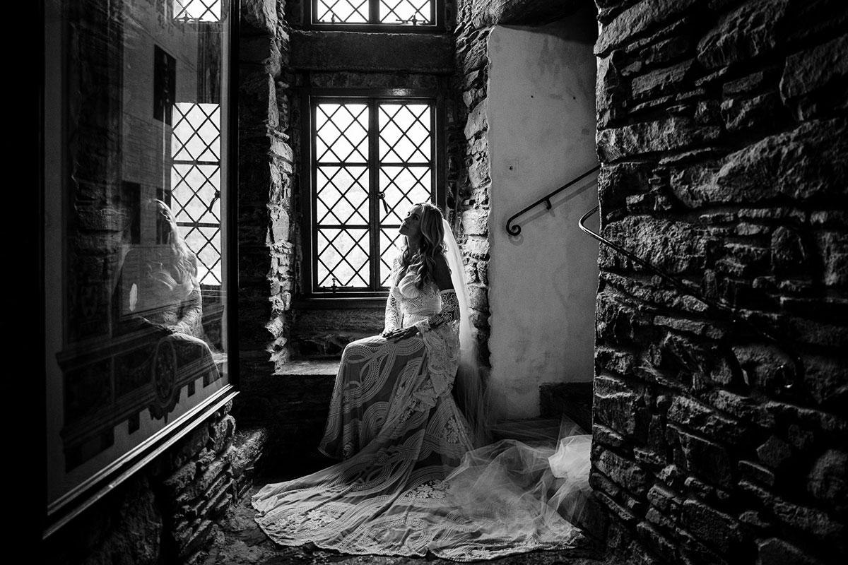 black-and-white-picture-of-bride-in-castle