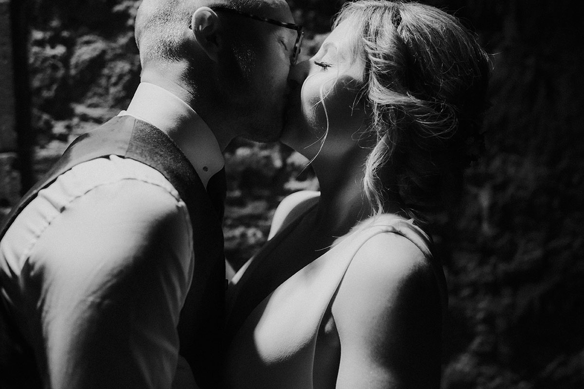 black-and-white-picture-of-bride-and-groom-kissing