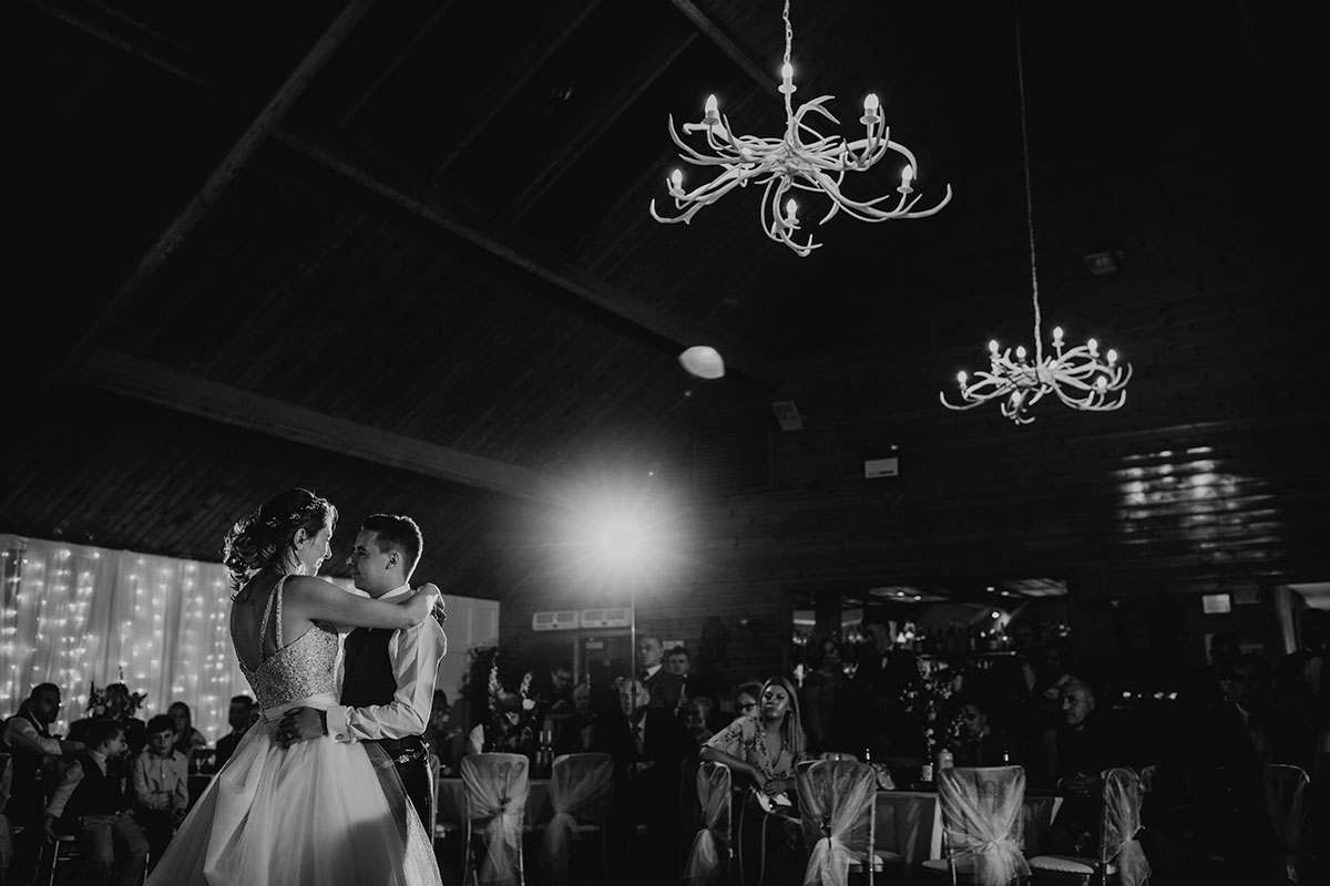 first-dance-shot-in-black-in-white