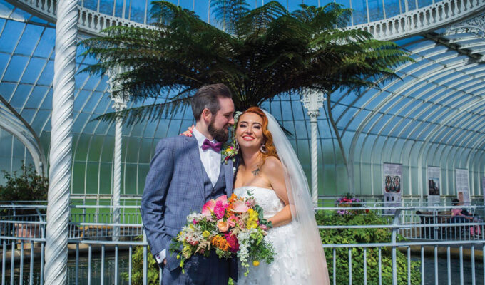 couple-in-front-of-tropical-tree-in-botanic-gardens-glasgow