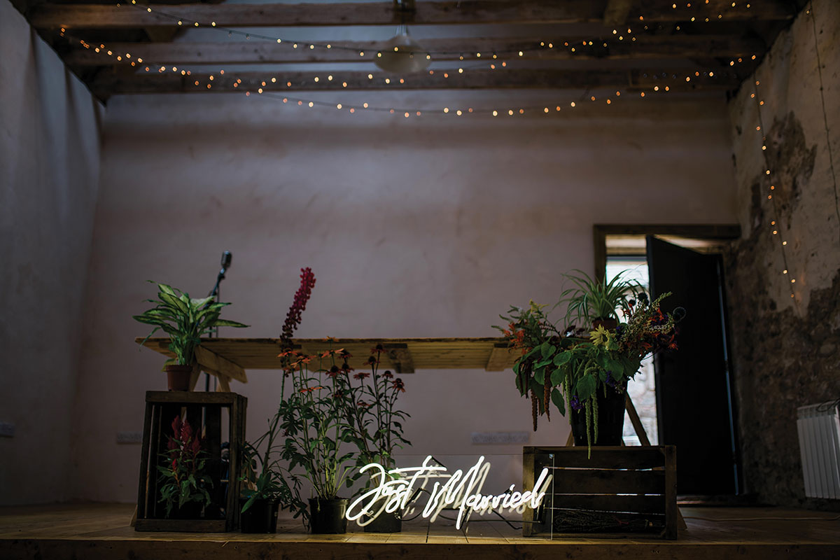 cormiston farm wedding mirrorbox photography solas neon just married sign