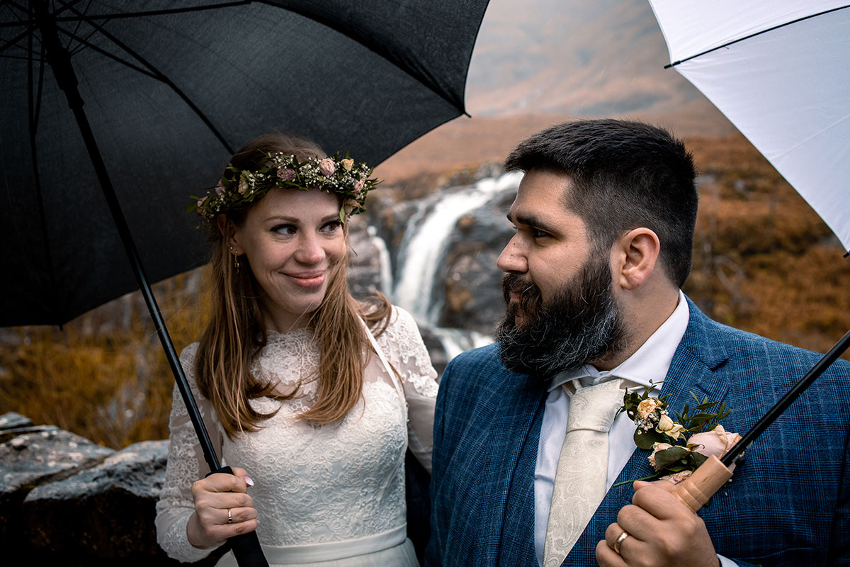 glencoe elopement bride and groom with umbrellas