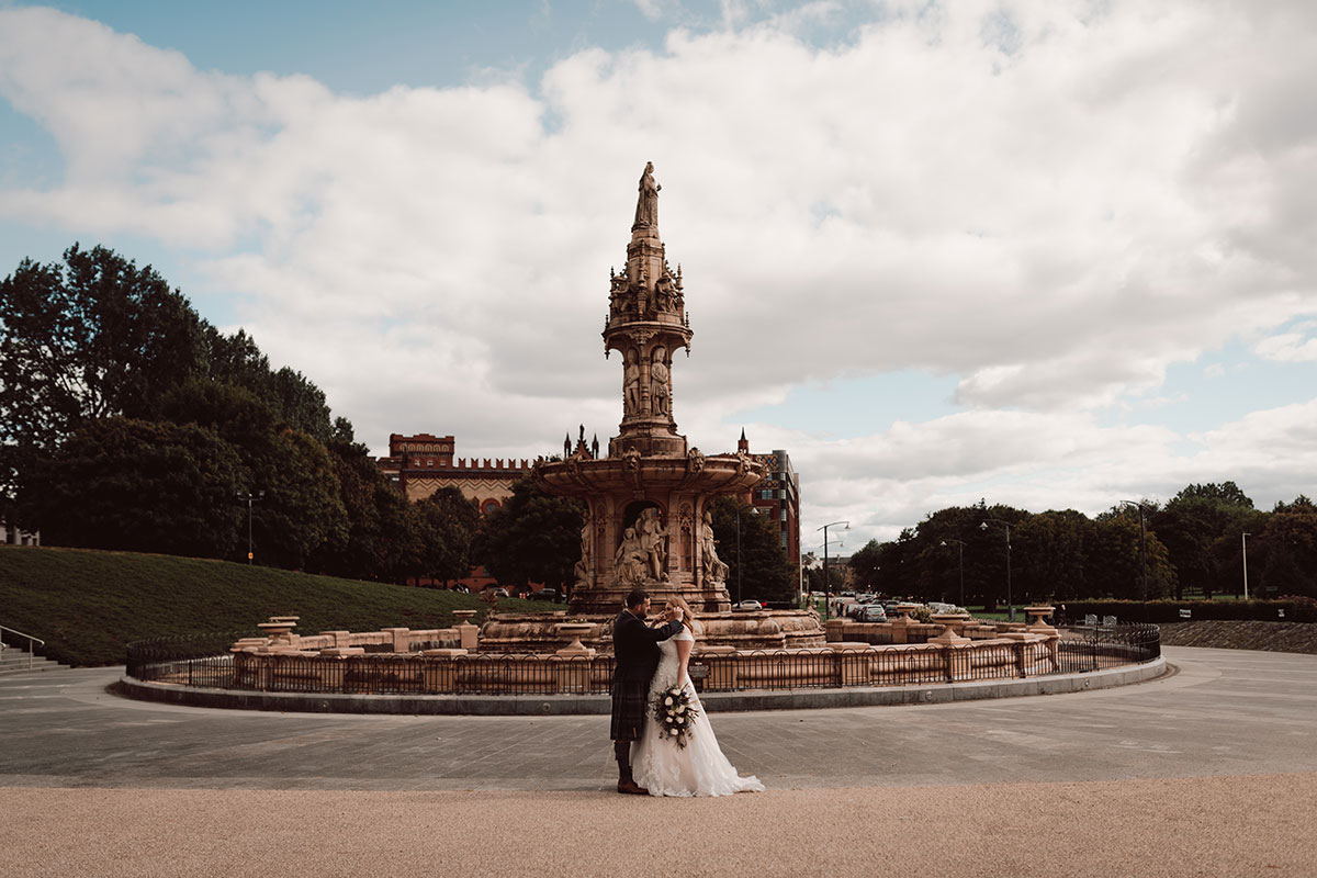 bride and groom at fountain on Glasgow Green